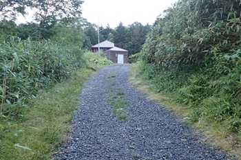 001P8215692富士見小屋前のトイレ.JPG