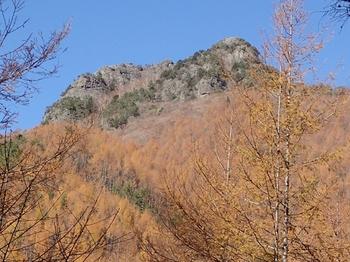 PB054591林道から登攀ルート(左)と歩いた稜線.JPG
